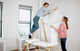 Tapetsering och målning inomhus.